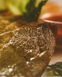 Филе лося, запечонное лучком, с соусом из красной смородины