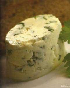Домашний соленый сыр с зеленью