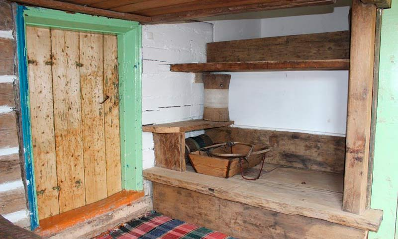 Дверь деревянного дома старая